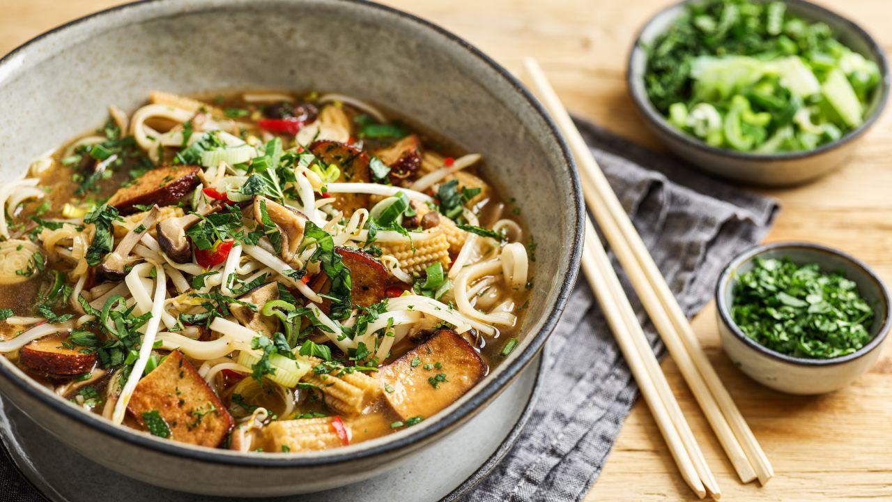 Vietnamesische Reisnudelsuppe (vegane Pho Suppe)