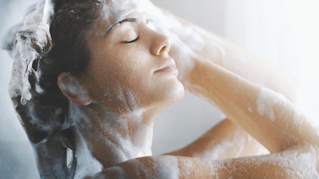 Dermatologen erklären: Warum es reicht, zweimal pro Woche zu duschen – Video