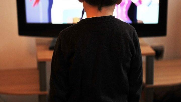 Im Zeitalter von smart-devices, Kinder und Jugendliche verbringen mehr Zeit vor TV-Bildschirmen
