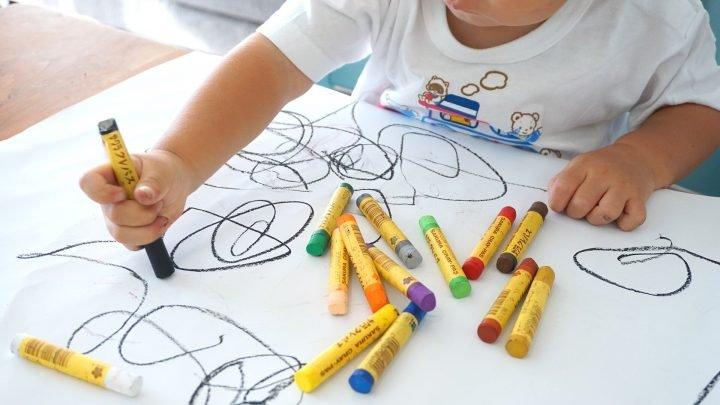 Unter Kunst-Klassen führt zu besseren akademischen Leistungen, zeigt die Forschung