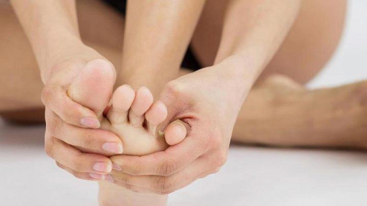 Ekelfaktor Fußpilz: Ein Alltagsmittel lässt ihn ganz schnell verschwinden – Video