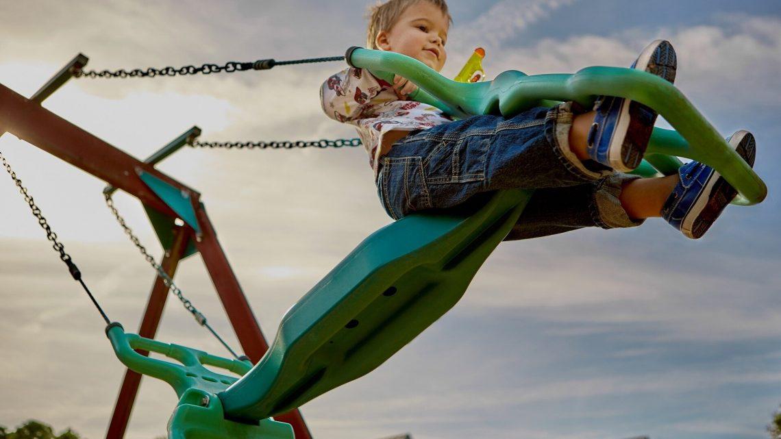 Spielgeräte, die bekommt Kinder bewegen