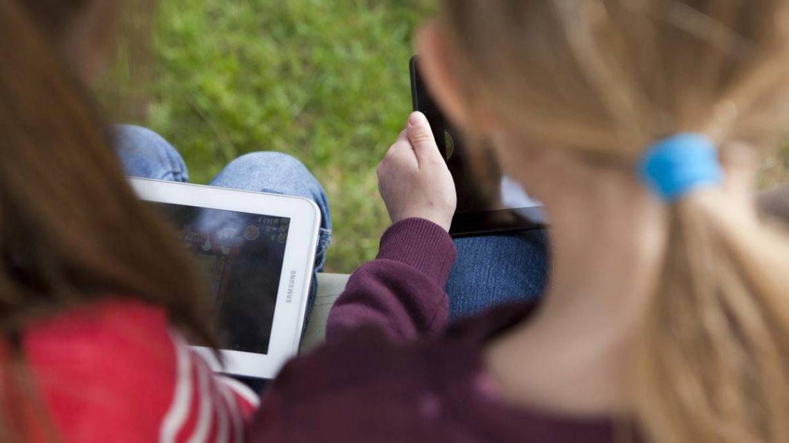 Kinderärzte besorgt: Was Smartphones und Tablets mit unseren Kindern machen