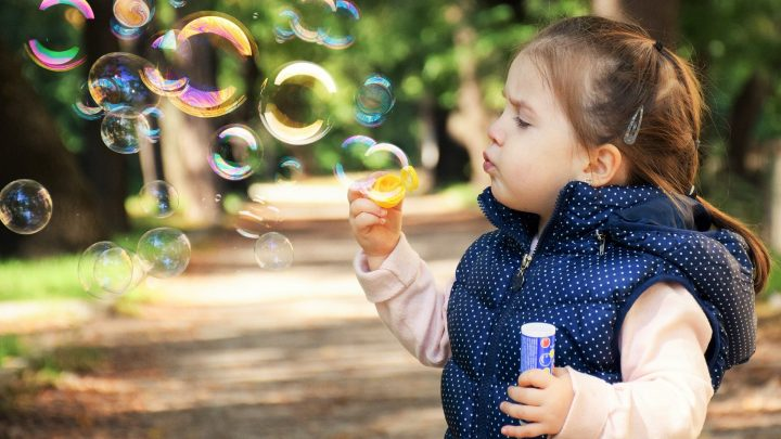 Kinder, die regelmäßig benötigte medizinische Betreuung, unabhängig von der Versicherung geben