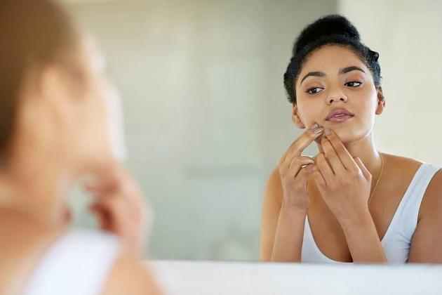 Hautunreinheiten während Corona: Pickel unter der Maske: So verhindert man Maskne