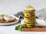 Veganes Rezept: Saftige Kartoffel-Zucchini-Puffer mit Kräuterdip