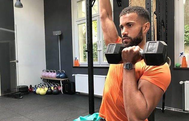 Für Schultern und Arme: 26-minütiges Workout von Coach Kofi