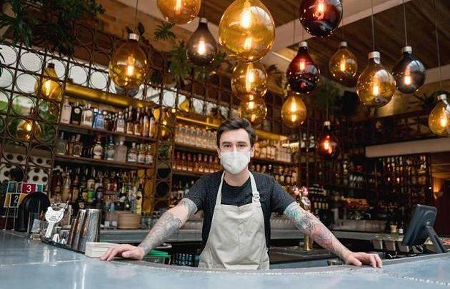 Corona-Ausbruch in Hamburger Bar: Kommt jetzt die Maskenpflicht für Kellner?